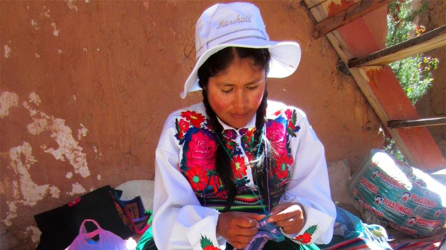 Artesanas textiles bolivianas se forman para liderar el cambio de sus comunidades
